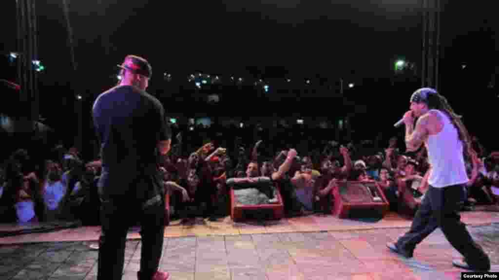 El dúo de raperos Los Aldeanos en plena actuación