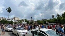 Dos menores de edad fueron detenidos y esposados durante las manifestaciones en Cuba