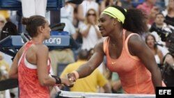 Serena Williams felicita a Roberta Vinci (d-i).
