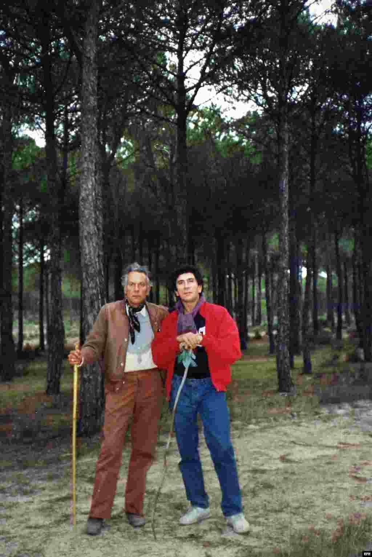 Radio Martí dedicó varios programas a divulgar el Plebiscito a Fidel Castro propuesto por Reinaldo Arenas y Jorge Camacho. Publicada en 1988 esta carta dirigida a Fidel Castro fue firmada por 163 de los artistas, escritores y actores más importantes de todo el mundo, 8 de ellos galardonados con el Premio Nobel.