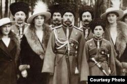 El Zar, Nicolás II, la zarina, sus cuatro hijas y Alexander, el único varón.
