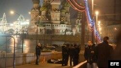 El cadáver cubierto de Boris Nemtsov yace en el Gran Puente de Piedra sobre el río Moscova, Al fondo, la catedral de San Basilio.