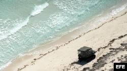 Un pequeño vehículo todoterreno de las Tropas Guardafronteras (TGF) cubanas patrulla, la costa norte de la provincia de Camagüey. Por su posición geográfica, la región oriental Cuba es uno de los corredores del Caribe utilizados por los narcotraficantes.
