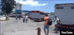 Los camiones operados por cuentapropistas sustituyen a los ómnibus estatales. (Captura de video/UNPACU)