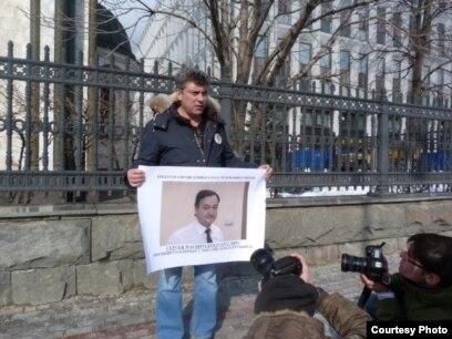El asesinado opositor ruso Boris Nemtsov cuando protestaba por la muerte de Magnistki.