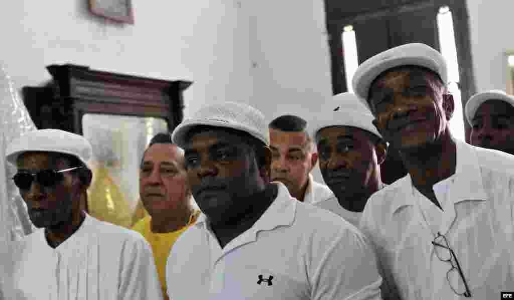 Practicantes de los cultos afrocubanos escuchan la lectura de la Letra del Año, que divulga las predicciones de Ifá para el 2015 en La Habana.