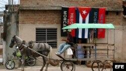 Un hombre conduce una carreta tirada por un caballo, en una calle de la provincia de Camaguey, Cuba.