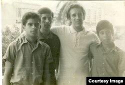 Roque Dalton con sus tres hijos en Cuba.