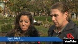 Katharine Forán (izq) y Adam Babuik a su llegada a Canadá.