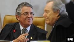 """El juez Marco Aurelio de Mello(i) y el juez Ricardo Lewandowski participan en una sesión del llamado """"juicio del siglo"""", que juzga una trama de corrupción durante el primer mandato de Luiz Inácio Lula da Silva en Brasilia (Brasil)."""