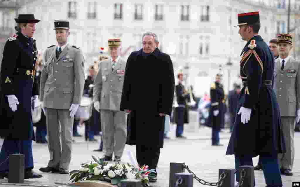 Castro frente a la Tumba del Soldado Desconocido en París, Francia.