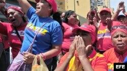 Partidarios del fallecido presidente venezolano Hugo Chávez observan hoy, miércoles 6 de marzo de 2013, el féretro del gobernante en Caracas