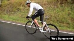 El ciclista austriaco Jacob Zurl subiendo una pendiente.