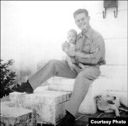 Bobby Fuller, fusilado en Cuba, y su hija Lynita. Su hermana ganó una indemnización por $454 millones.