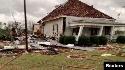 Escombros y una casa dañada tras el azote de dos tornados en Beauregard, Alabama.