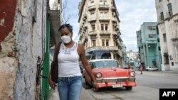 Una mujer camina por una calle de La Habana el 14 de septiembre de 2020 (Yamil LAGE / AFP).