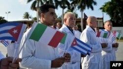 Médicos cubanos viajan a Italia para ayudar en la lucha contra el coronavirus. (Yamil LAGE / AFP)