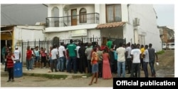 Migrantes cubanos, haitianos y africanos frente a la oficina de Migración, en Turbo, Colombia.