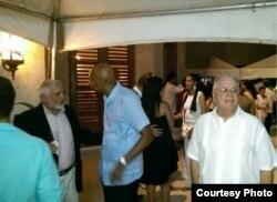 Durante la fiesta por el, 4 de julio miembros de la sociedad civil independiente alternaron con oficialistas (A.C. San Martín).