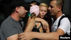 Cubanos abrazan a coterráneo en Ciudad Juárez, México, minutos antes de su entrevista de asilo para entrar a EEUU.