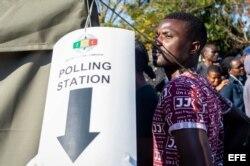 Un hombre hace cola para votar en un colegio electoral durante la celebración de las elecciones presidenciales, en Harare.
