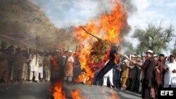 Afganos queman una efigie del presidente Barack Obama.