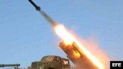 Fuerzas militares norcoreanas lanzando un misil en una locación sin identificar. Archivo.