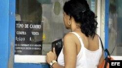 Una mujer acude a una Casa de Cambios (CADECA), en La Habana, para cambiar dólares por pesos cubanos.