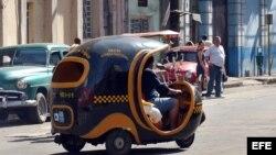 Un 'cocotaxi' que presta servicio de transporte en La Habana.