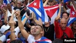 Un hombre grita durante un mitin de solidaridad con los manifestantes en Cuba, en el barrio de La Pequeña Habana en Miami, Florida, Estados Unidos el 14 de julio de 2021. REUTERS / Marco Bello