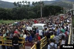 Venezolanos esperan autorización para pasar la frontera desde Venezuela a Colombia por el puente internacional Simón Bolívar, en San Antonio del Táchira, Venezuela. en agosto de 2018 (Foto: Carlos E. Ramírez/Reuters).