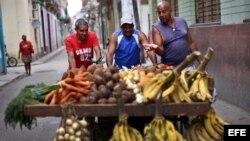 Un grupo de comerciantes independientes en La Habana, Cuba, en abril del 2018.