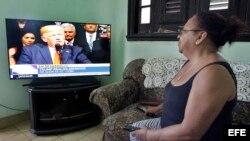 Una mujer observa el discurso del presidente de Estados Unidos, Donald Trump, en su vivienda hoy, viernes 16 de junio de 2017, en La Habana (Cuba)