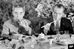 Fotografía de archivo del 28 de febrero de 1972 del entonces presidente de Estados Unidos Richard Nixon, derecha, mientras come con palillos con el entonces premier chino Chou En-lai en Shanghái, China.