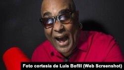 El músico y cantante cubano Luis Bofill en plena actuación.