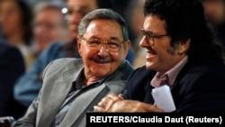 Abel Prieto junto a Raúl Castro. Foto Archivo REUTERS/Claudia Daut