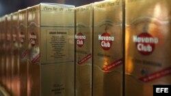 Botellas de ron Havana Club hecho en Cuba, a la venta en una tienda para turistas en La Habana.