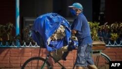 Un reparador de colchones recorre el miércoles una calle de La Habana. El gobierno pedirá a cuentapropistas como él que donen dinero en moneda nacional para producir alimentos (Yamil Lage/AFP).