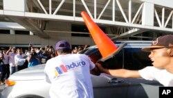 Uno de los momentos de la arremetida contra la caravana que trasladaba a Guaidó desde el aeropuerto de Maiquetía hacia Caracas.