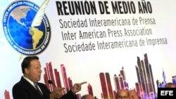 El presidente panameño, Juan Carlos Varela, habla durante la reunión de medio año de la Sociedad Interamericana de Prensa, en Ciudad de Panamá.