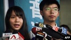 Agnes Chow y Joshua Wong, activistas pro democracia recientemente detenidos por la policía de Hong Kong.
