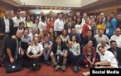 Parte de la delegación cubana que interrumpió el Diálogo entre los Actores Sociales y los representantes del Alto Nivel de los Gobiernos.