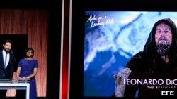 El actor estadounidense John Krasinski y la presidenta de la Academia de Hollywood, Cheryl Boone Isaacs, durante el anuncio de los nominados al Óscar.