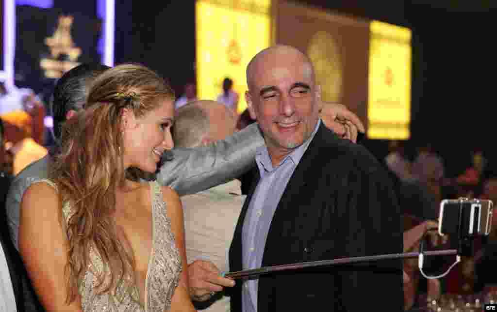 La celebridad estadounidense Paris Hilton (i), heredera del imperio hotelero de su apellido, posa con Alejandro Castro (d), hijo del líder cubano Fidel Castro, a su llegada a la cena de gala.