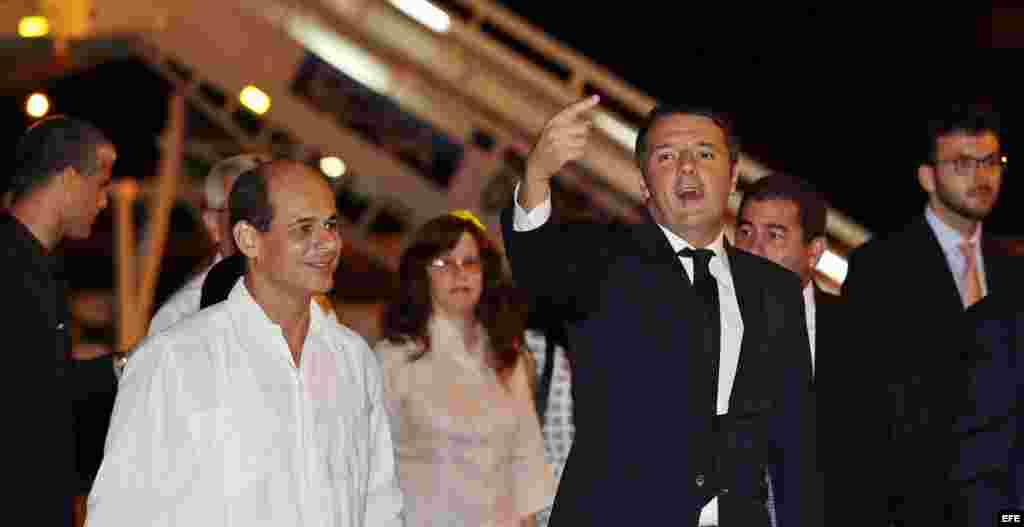 l primer ministro de Italia, Matteo Renzi (d), acompañado del viceministro cubano de Relaciones Exteriores, Rogelio Sierra (i), saluda a su llegada hoy, martes 27 de octubre de 2015, en el Aeropuerto José Martí de La Habana (Cuba). Renzi llegó esta noche