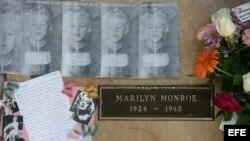 Fans de Marilyn Monroe depositan flores, imágenes y otros artículos, el 5 de agosto de 2012, donde se encuentran los restos de la artista, en Westwood, Los Ángeles, California (EEUU).