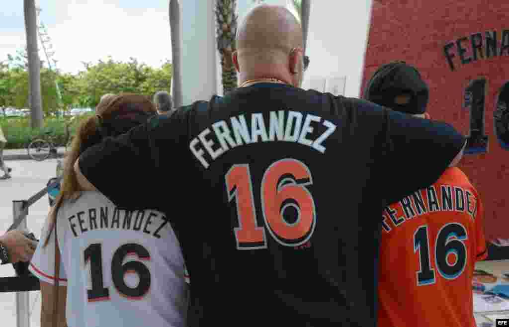Seguidores del equipo los Marlins rinden tributo al fallecido jugador cubano de béisbol José Fernández.