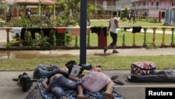 Migrantes cubanos, sin hogar, en Puerto Obaldía, Guana Yala, Panamá.