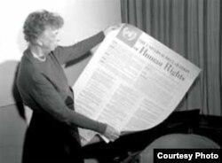 La ex primera dama de EEUU Eleanor Roosevelt sostiene una copia de la Declaración Universal de Derechos Humanos que ella impulsó.