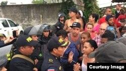 """Más de 1.000 cubanos se agolparon en la frontera sur de Costa Rica, pidiendo el paso para seguir camino a EEUU, su destino final. (Foto: Cortesía, """"La Nación""""/Alonso Tenorio)."""